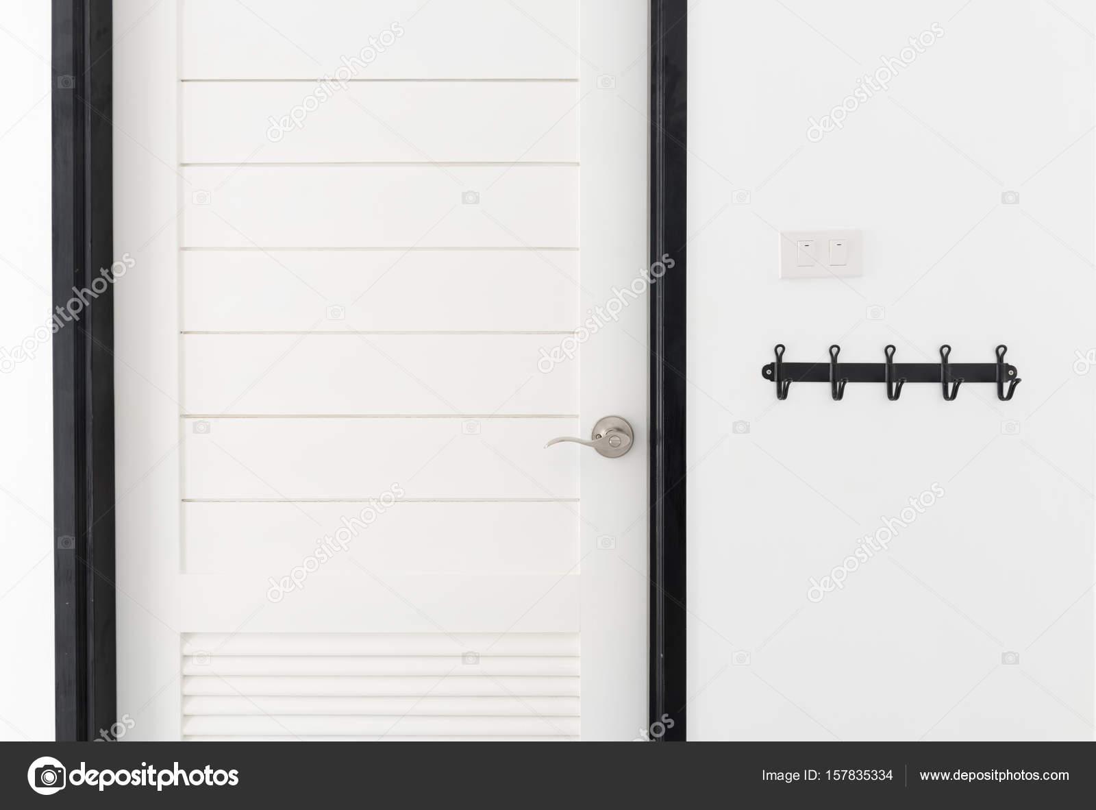 Chambre moderne intérieur de porte en bois blanc avec ...