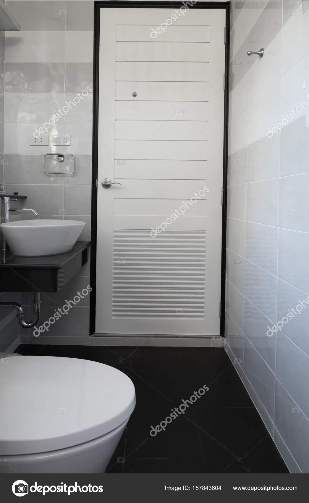 Moderne nieuwe witte badkamer met zwarte tegelvloer — Stockfoto ...