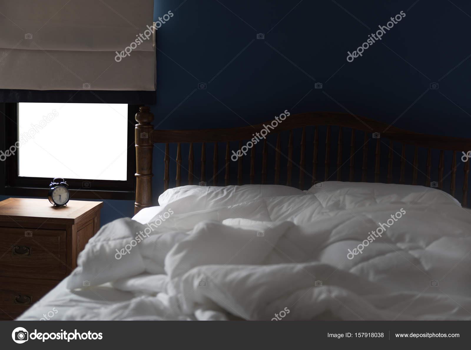 Moderne slaapkamer met grijs gordijn en wekker op houten kant