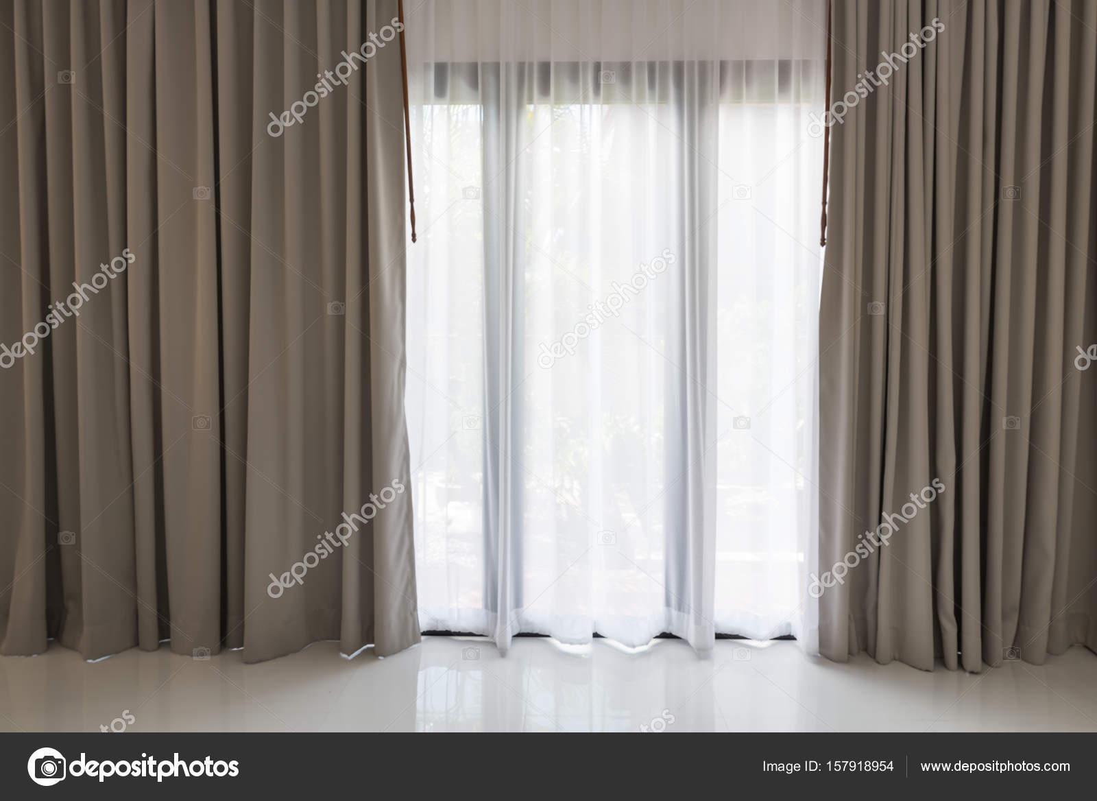 Tende Soggiorno Bianche : Belle moderne tende grigie e bianche nel salotto u foto stock