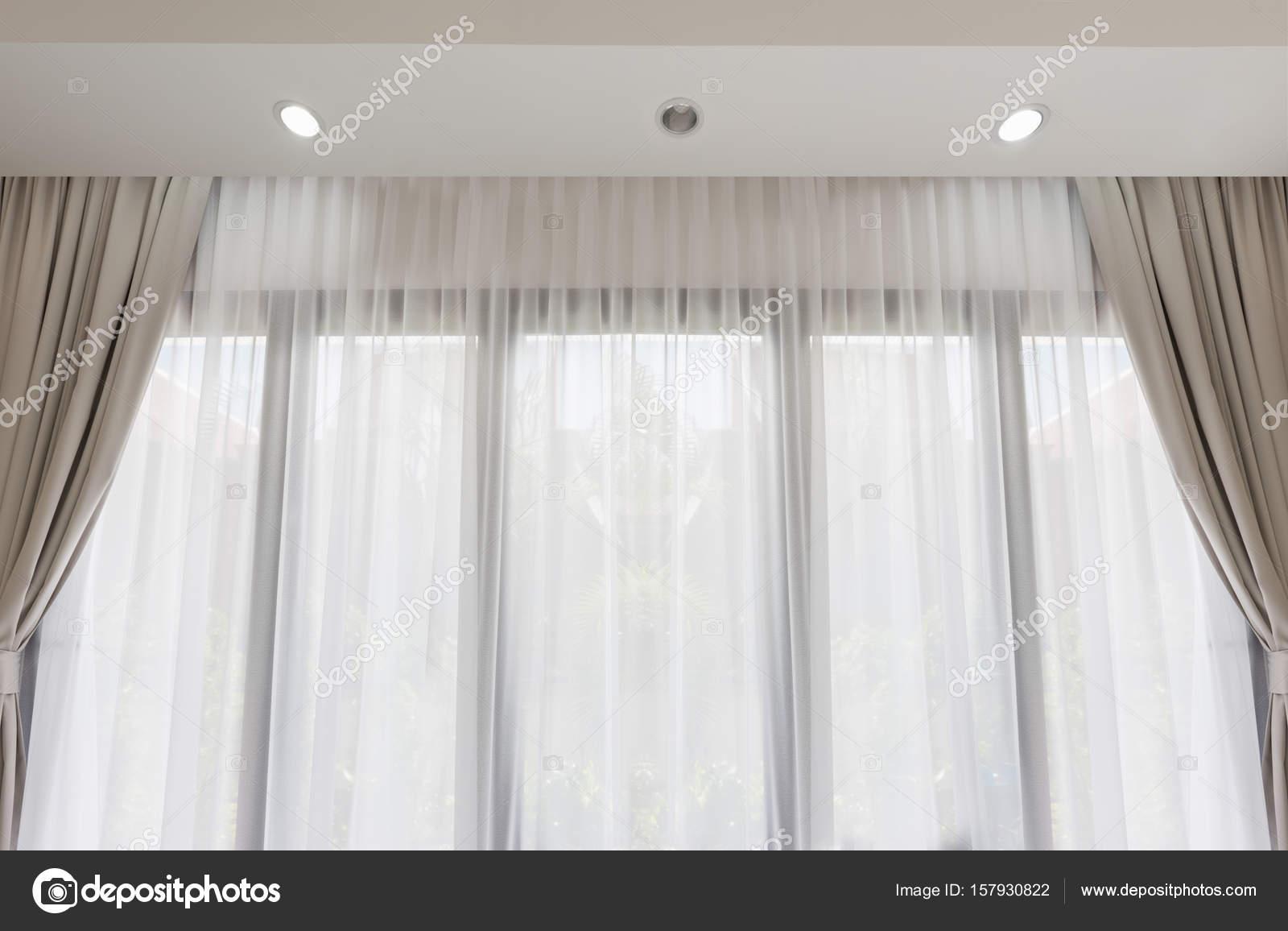 Salon moderne avec fond doux Rideau blanc et gris — Photographie ...