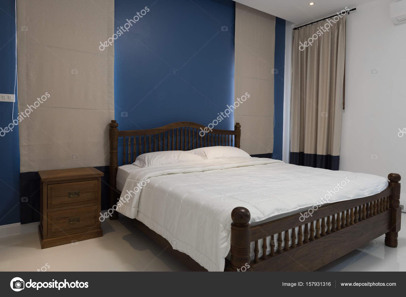 Moderne Blaue Schlafzimmer Mit Grauen Vorhang Und Retro Holz Seite Tabl U2014  Stockfoto