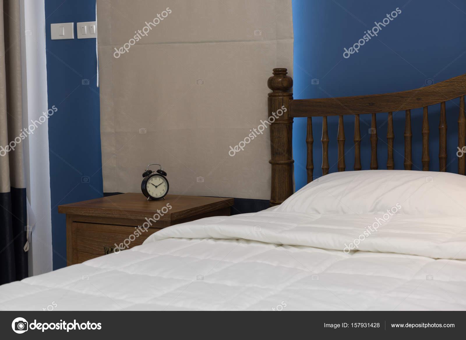 Perfekt Moderne Blaue Schlafzimmer Mit Grauen Vorhang Und Wecker Auf Holz U2014  Stockfoto