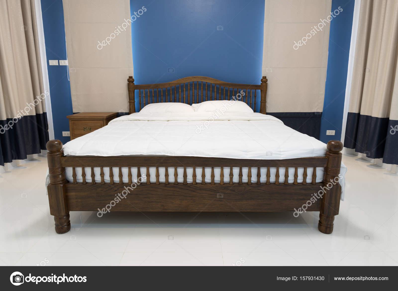 Moderne blauwe slaapkamer met grijs gordijn en retro houten kant ...
