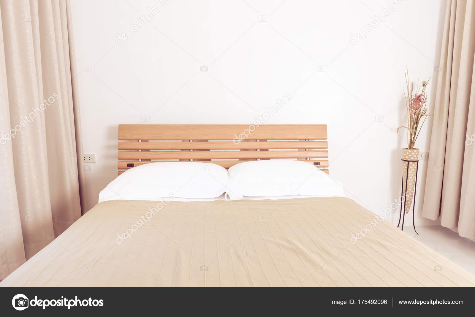 Innen Moderne Weiße Schlafzimmer Dekoration Mit Beige Vorhänge Und U2014  Stockfoto
