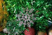 Dekorativní vánoční strom hračka makro fotografie zářící na pozadí