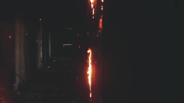 Hasiči vyklepal hořící dveře