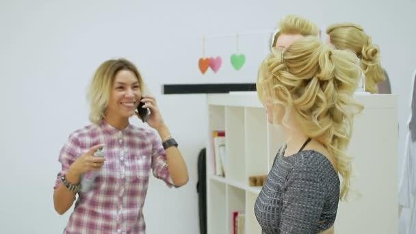 Friseur Macht Frisur Junge Blonde Frau In Einem Schönheitssalon