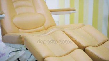 Elektrische Pedicure Stoel : Pedicure spa procedure in kliniek. peeling voeten. elektrische