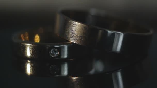 Snubní prsteny na tmavém pozadí