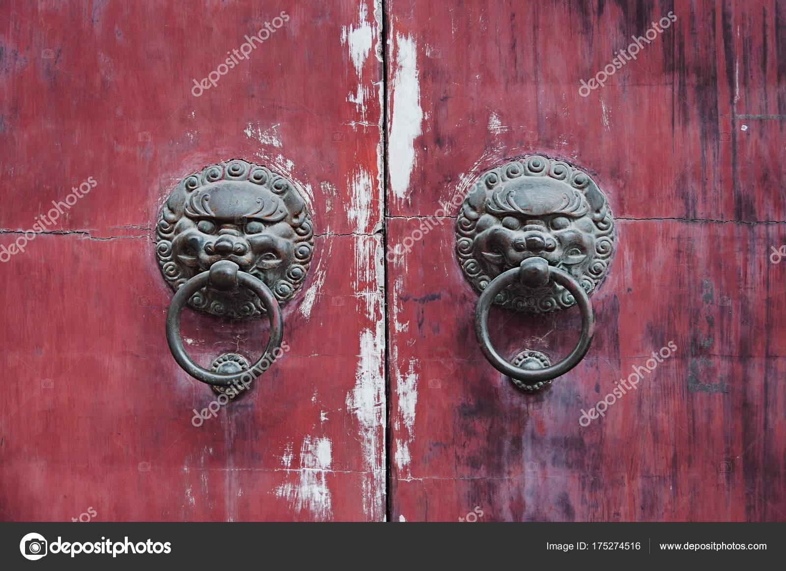 Old chinese door. Old doorknob on vintage red door in China — Stock ...