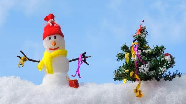 frohe Weihnachtskarte, Schneemann mit Weihnachtsbaum im Winterpark