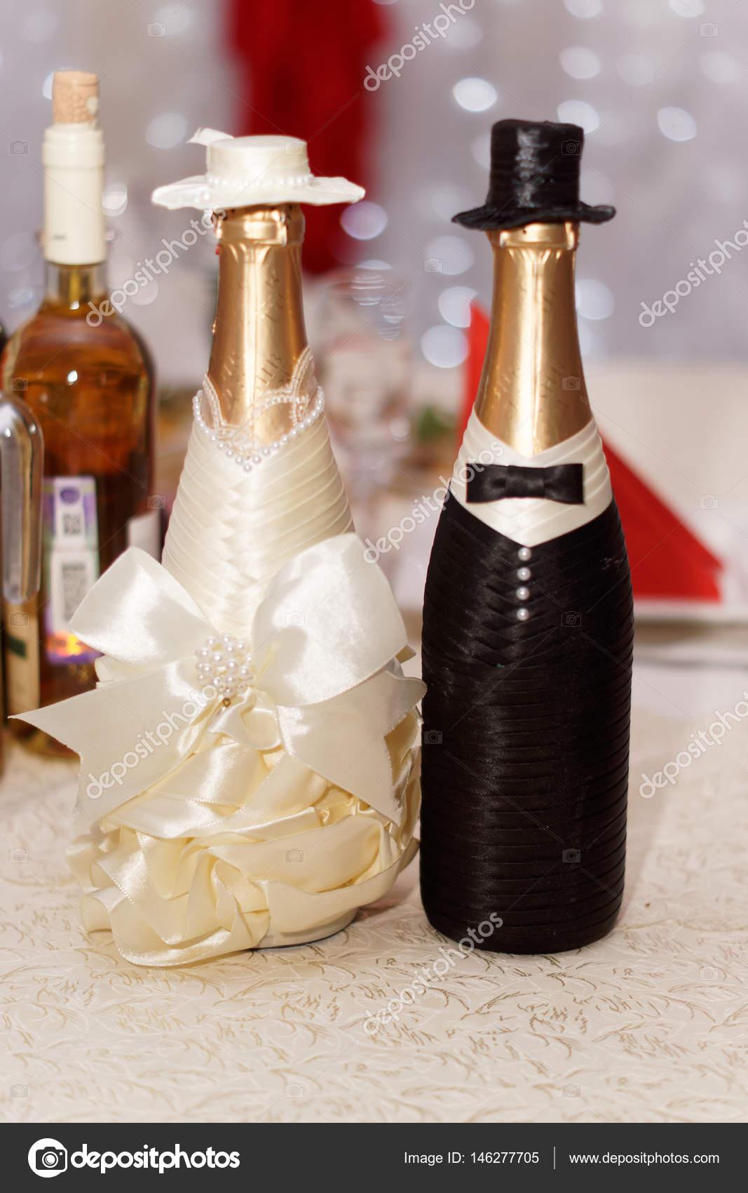Świeże Dwie butelki wina na wesele — Zdjęcie stockowe © shemJkin #146277705 TR14