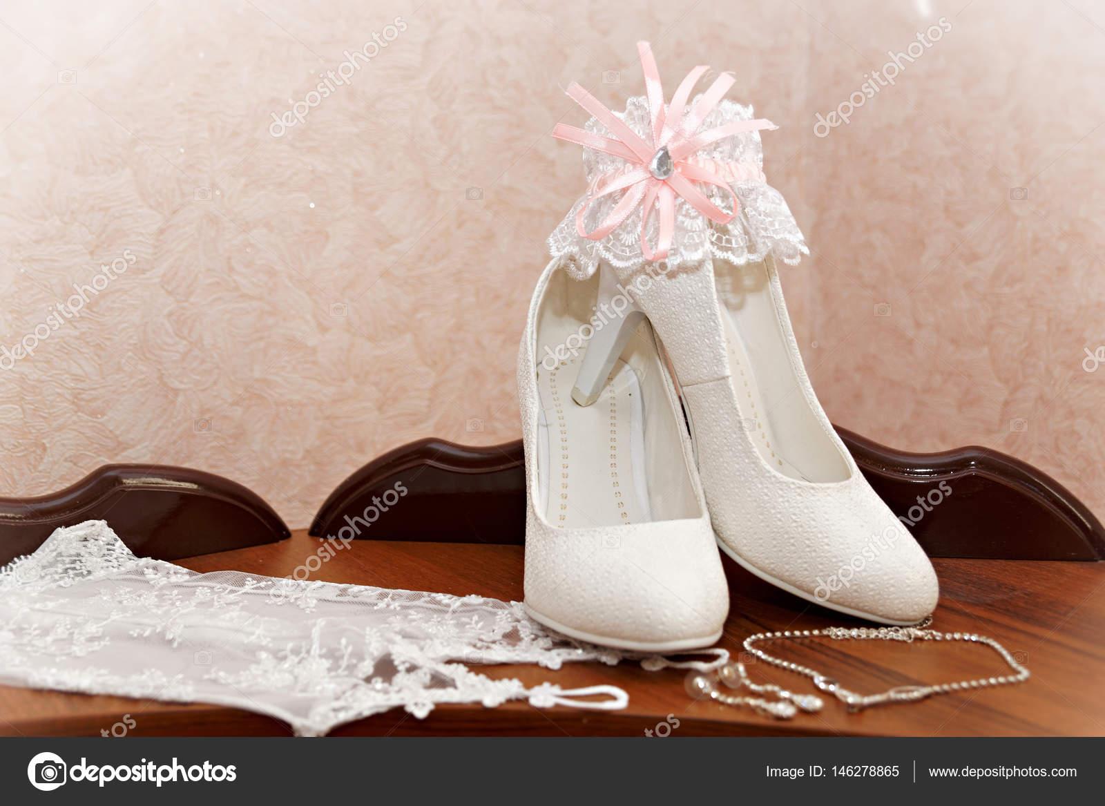 82f852d82d2d40 Весільний наряд нареченої взуття та рукавички — Стокове фото — білий ...
