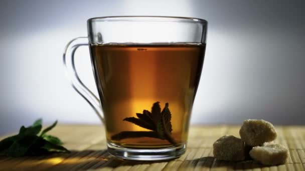 Šálek čaje s listy máty otočí.