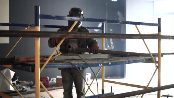 Svářeč v práci v továrně. Svařování výztuže