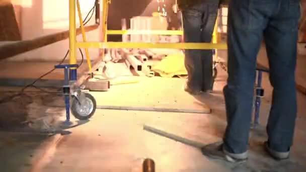 Dva dělníci v továrně dělat operace svařování