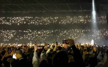 audience holding cellphones