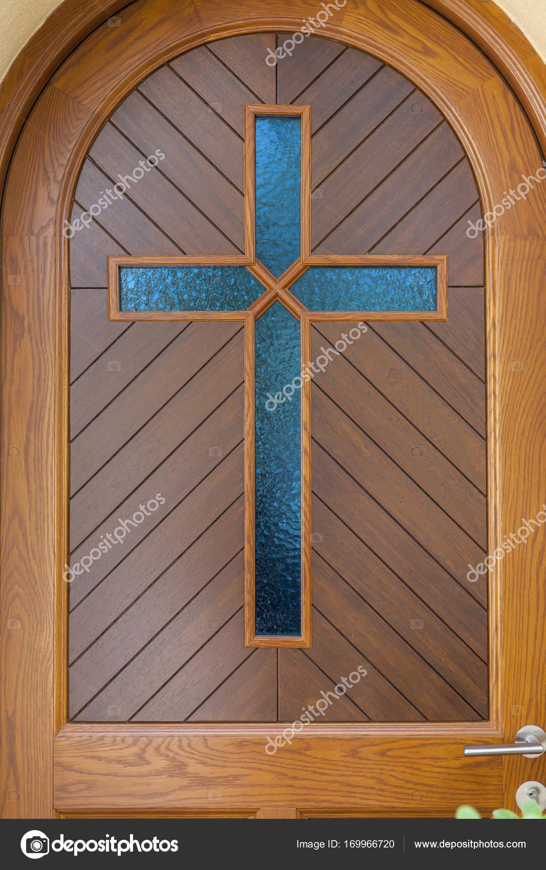 blaues Glas Kreuz auf Holztür — Stockfoto © DJSrki #169966720