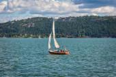 Magányos yacht, vitorlázás a tengerre a naplemente fehér vitorla