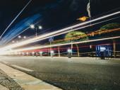 Autófények pályák az utcán éjjel.