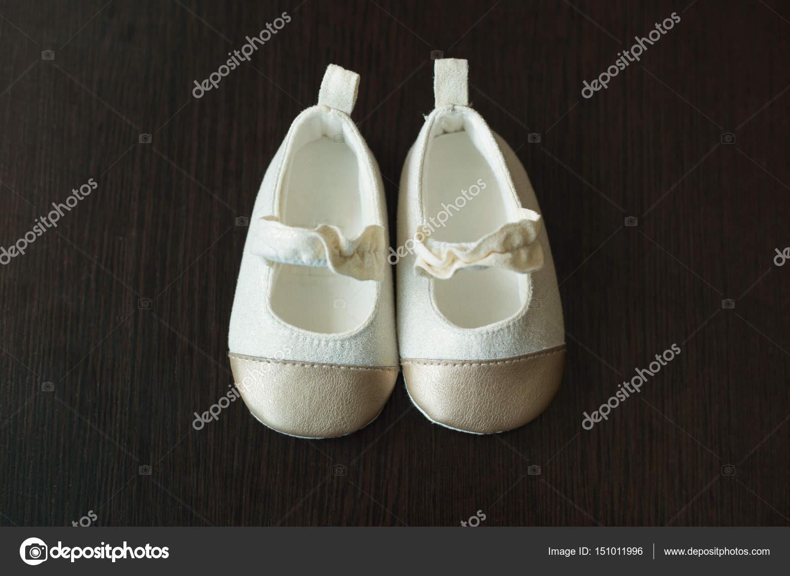 72c35127c96 Mooie originele Kinder schoenen voor een klein kind van witte kleur — Foto  van ...