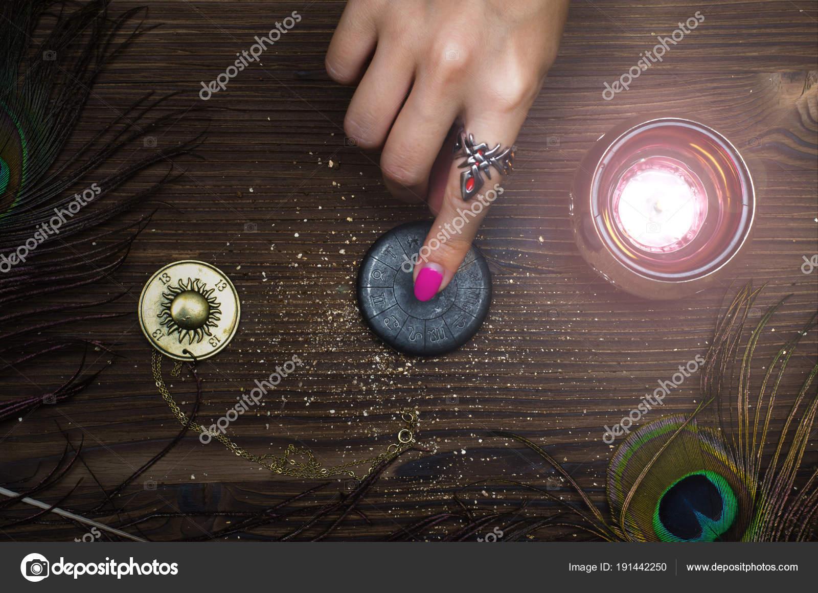 https://st3.depositphotos.com/11722187/19144/i/1600/depositphotos_191442250-stockafbeelding-dierenriem-talisman-vrouwelijke-hand-verlichting.jpg