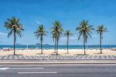 Přeplněné pláže plné lidí na den slunečno karneval. Ipanema je nejvíce trendy pláž v Rio de Janeiru