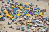Rio de Janeiro, Brazílie - leden 2018: přeplněné pláže plné lidí na den slunečno karneval. Ipanema je nejvíce trendy pláž v Rio de Janeiru