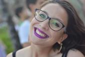 Kaukázusi lány szemüveges mosollyal közeli portré