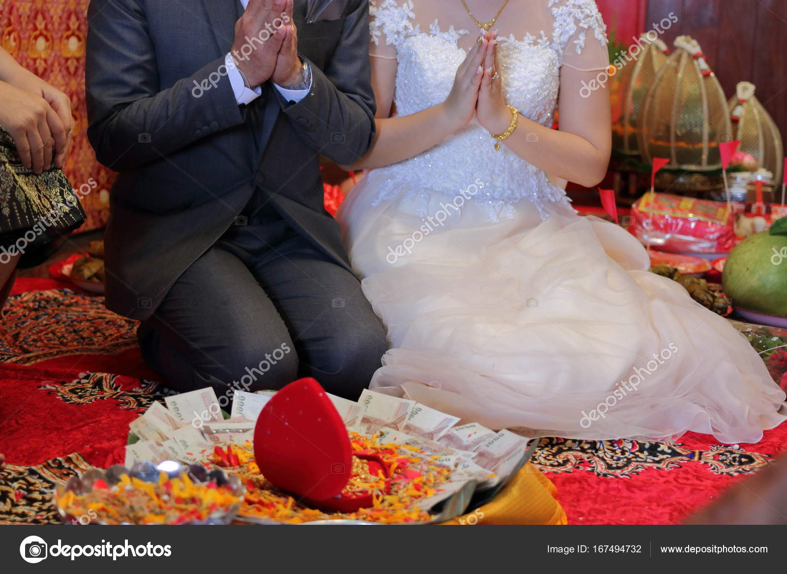 67a28841c601 Sposa e sposo nella cerimonia di nozze tailandese tradizionale. Concetto di  matrimonio — Foto Stock