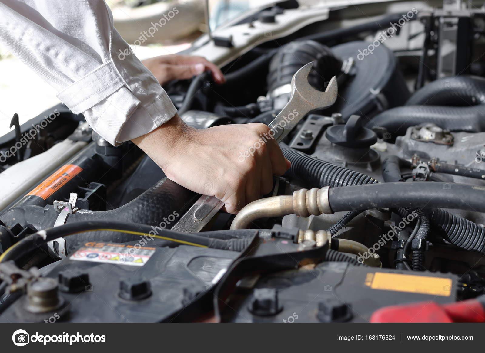 Händen der Mechaniker mit Schraubenschlüssel Reparatur Motor des ...