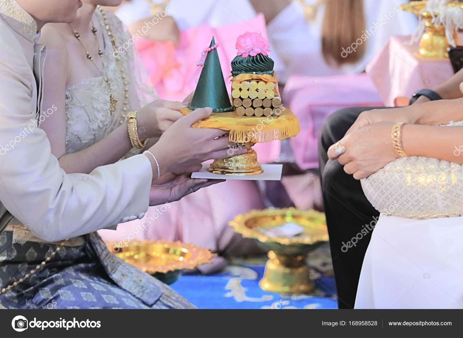 5014074822f9 Sposa e sposo che offre il vassoio del dono agli anziani nella cerimonia di  nozze tailandese