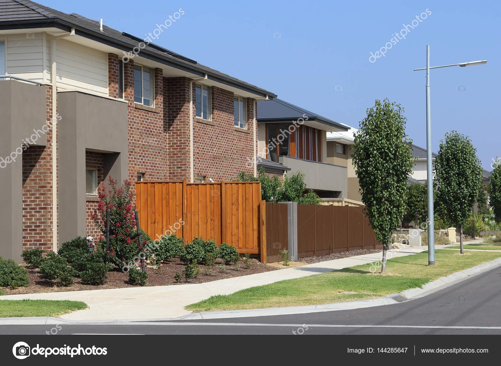 Suburban Street mit modernen Häusern — Stockfoto © bolina #144285647