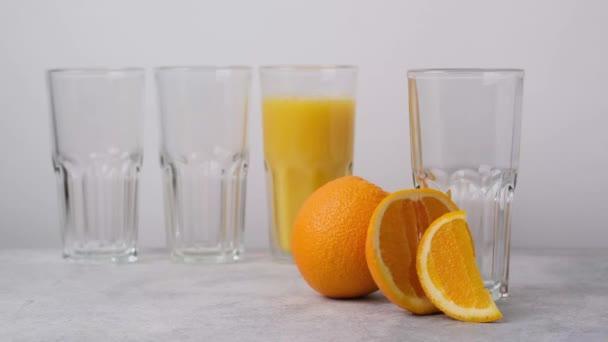Finom, egészséges, hűtött narancslé, üvegbe öntve. Friss vegetáriánus ital