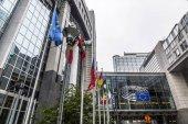 velké administrativní budovy v Bruselu / Belgie / 06.27.2018. Evropský parlament. vlajky evropských států se hrnou do masivní a moderní budova. Pouze pro redakční použití