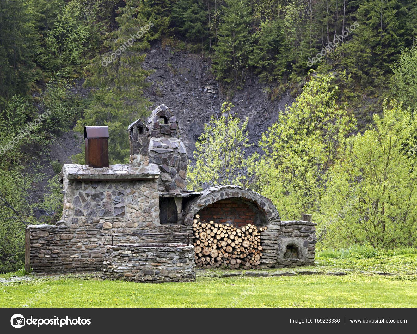Vieja piedra de la cocina con madera y lugar donde se ahuma en las ...