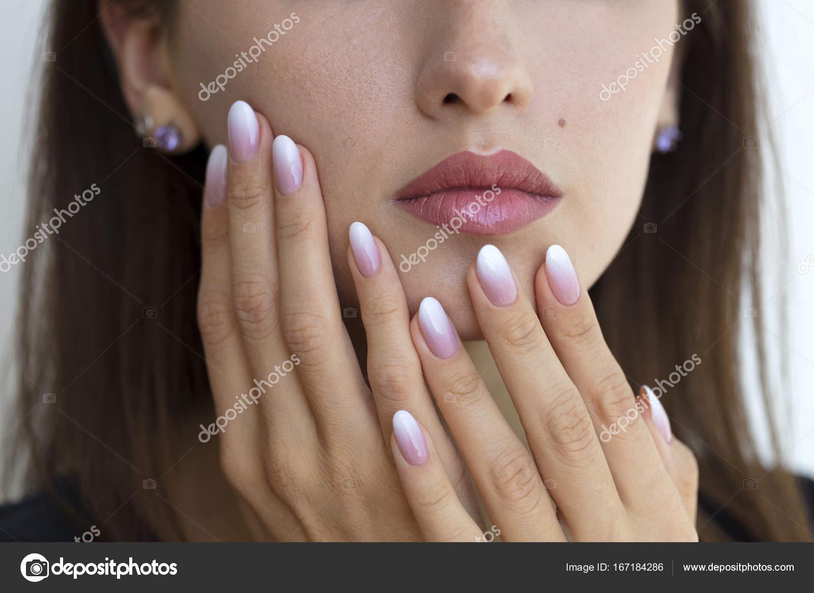 Piękna Kobieta Paznokcie Z Pięknym Francuski Manicure Ombre