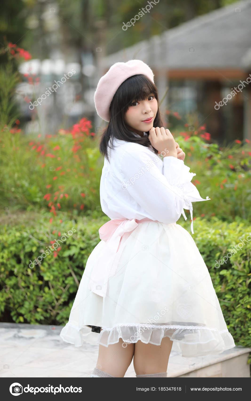 6014f804952c portrét Asijské žena lolita šaty na přírodní park — Stock Fotografie ...