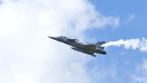 Düsenflugzeuge setzen Rauch frei.