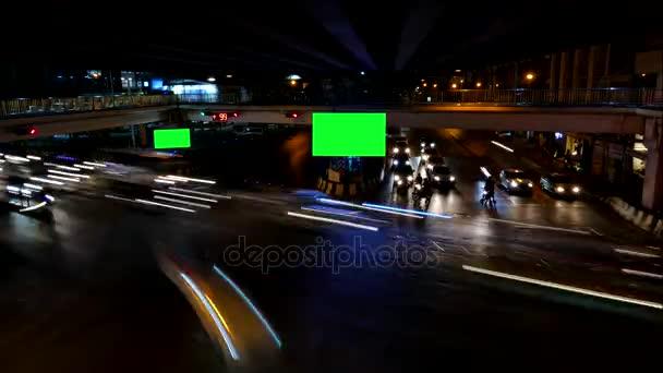 Provoz v noci a reklamní billboard