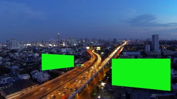 Hirdetés, óriásplakát, zöld képernyő, idő telik el.