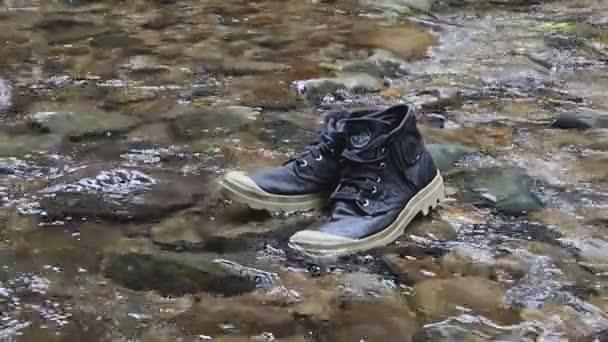 High-Top-Sneaker im Bach .
