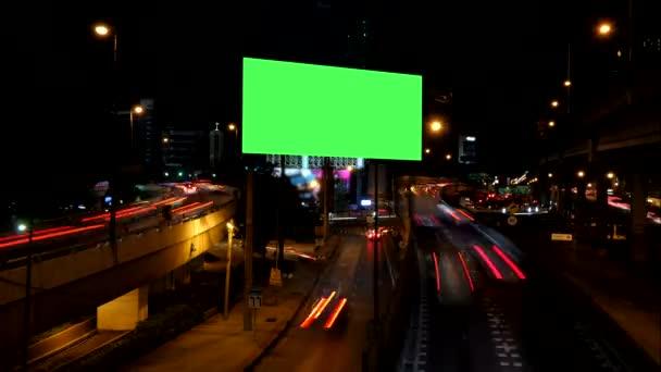 Reklamní zelená obrazovka s provozem v noci