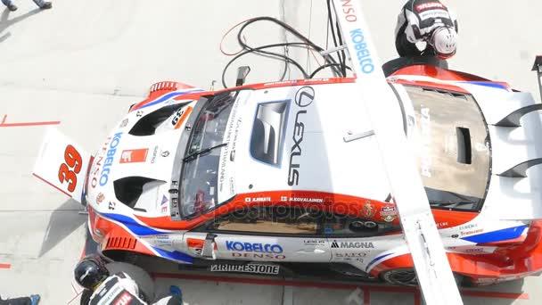 Csapatszolgálat versenyautóval a kijelzőn a 2015 Autobacs Super gt sorozat.