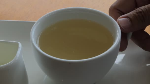 Horký čaj na bílé hrnky