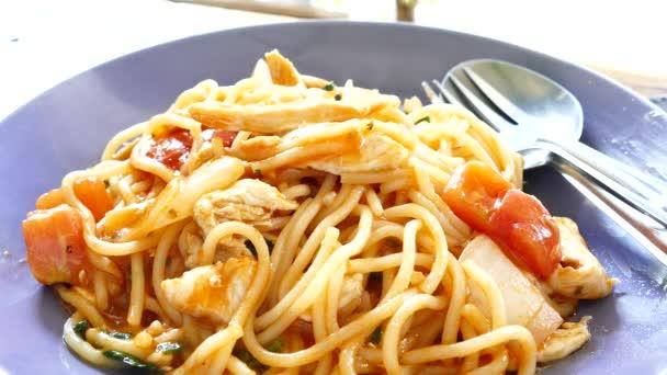 Frische Spaghetti Huhn auf Teller. Italienisches Essen