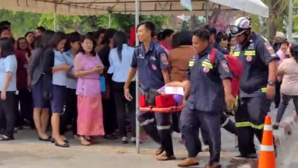 Singburi - 13. března: Dobrovolníci se pohybují obětí v průběhu cvičit plán protipožární ochrany připravit pro důstojníka o zvládání katastrof na 13 března 2018 Singburi, Thajsko