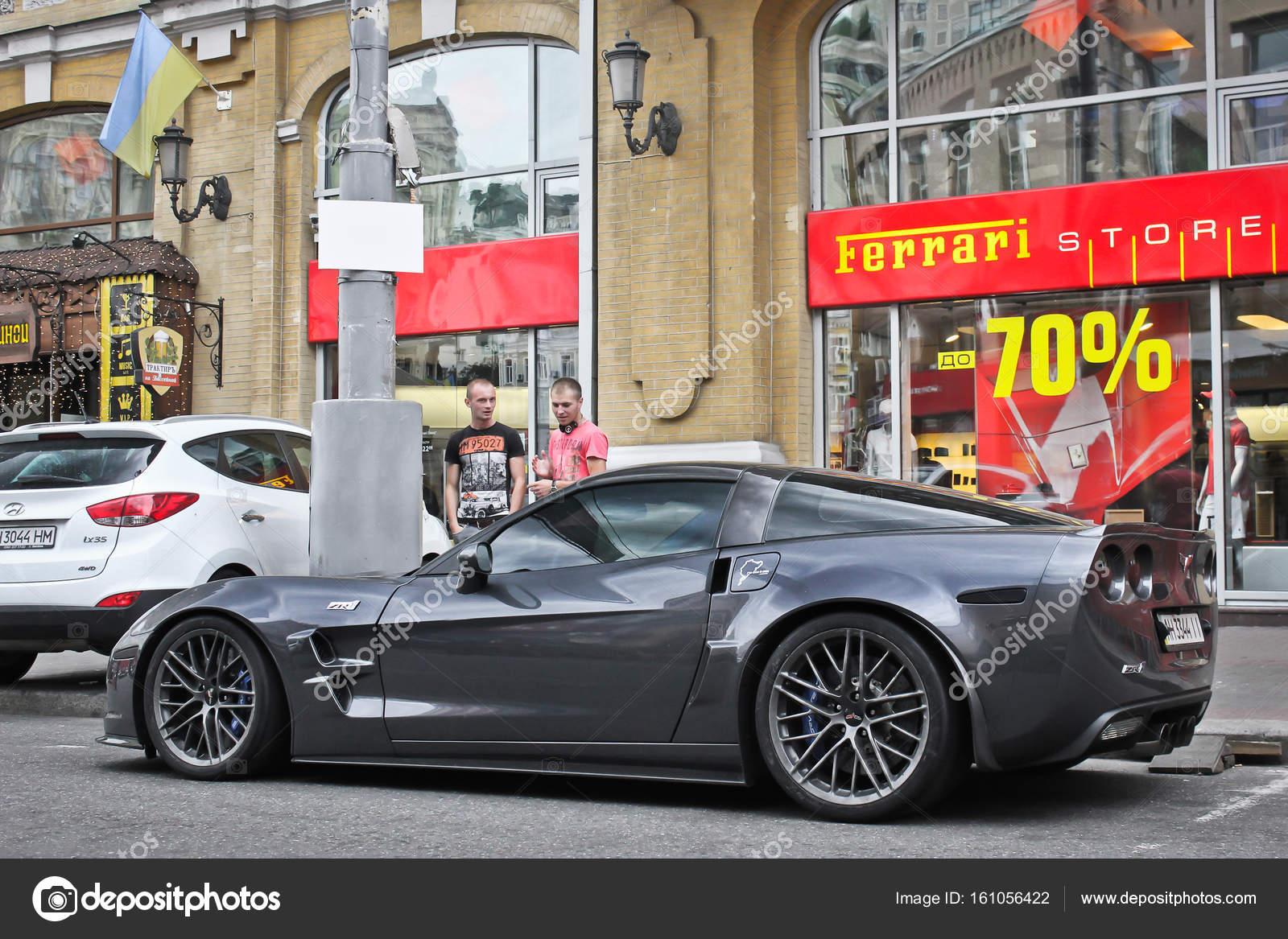 Kiev, Ucrânia; 3 De Abril De 2014; Chevrolet Corvette Zr1 Perto  Concessionária Ferrari