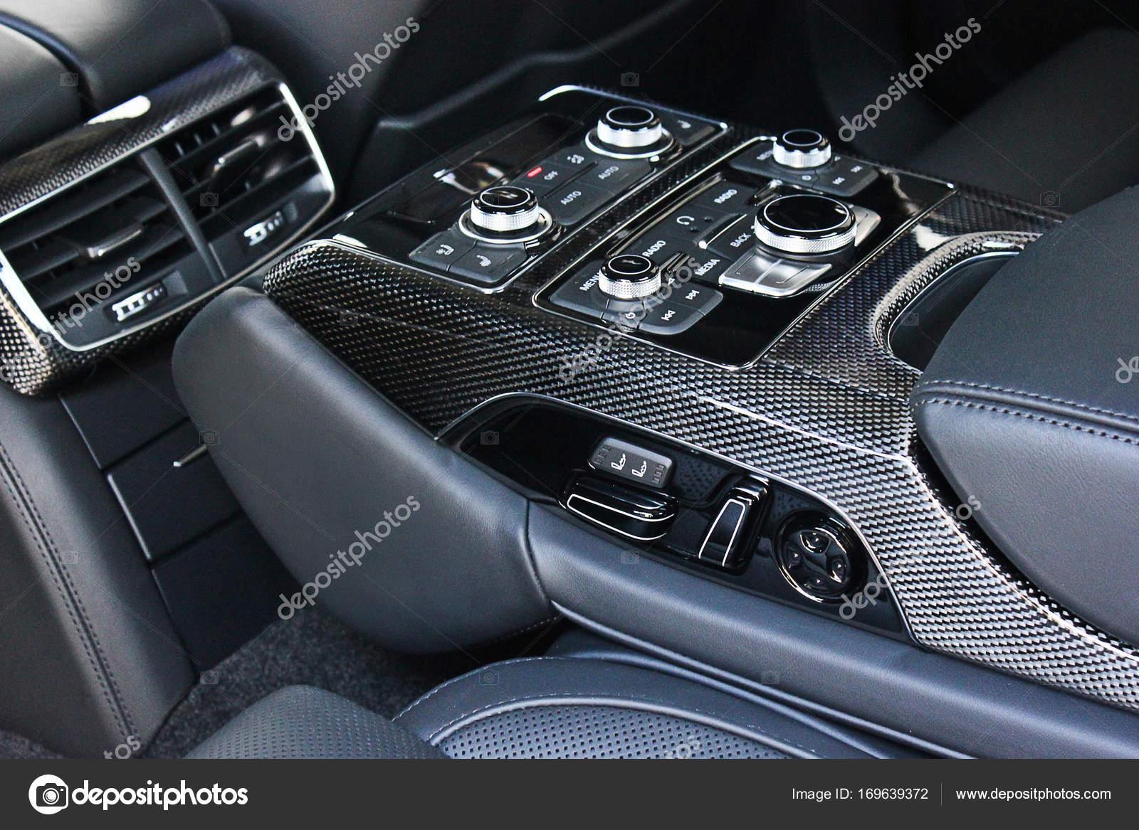 Dunkle Luxus-Auto Innenraum. Tuning. Kohlenstoff. Interieur-Details ...